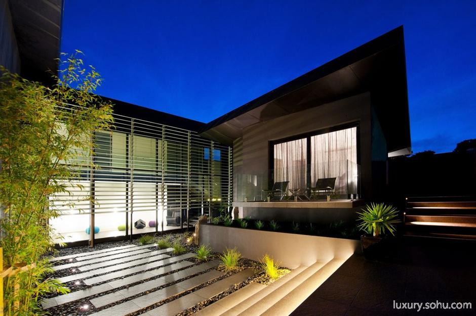 设计师利用暗色调的内饰,将别墅鲜明的个性跃动而出.