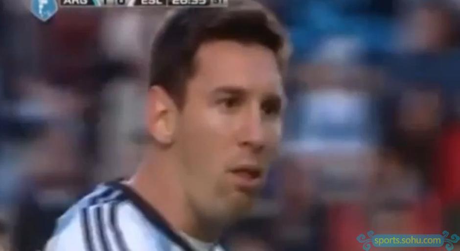 高清图:梅西赛场上呕吐瞬间 表情痛苦令人揪心图片