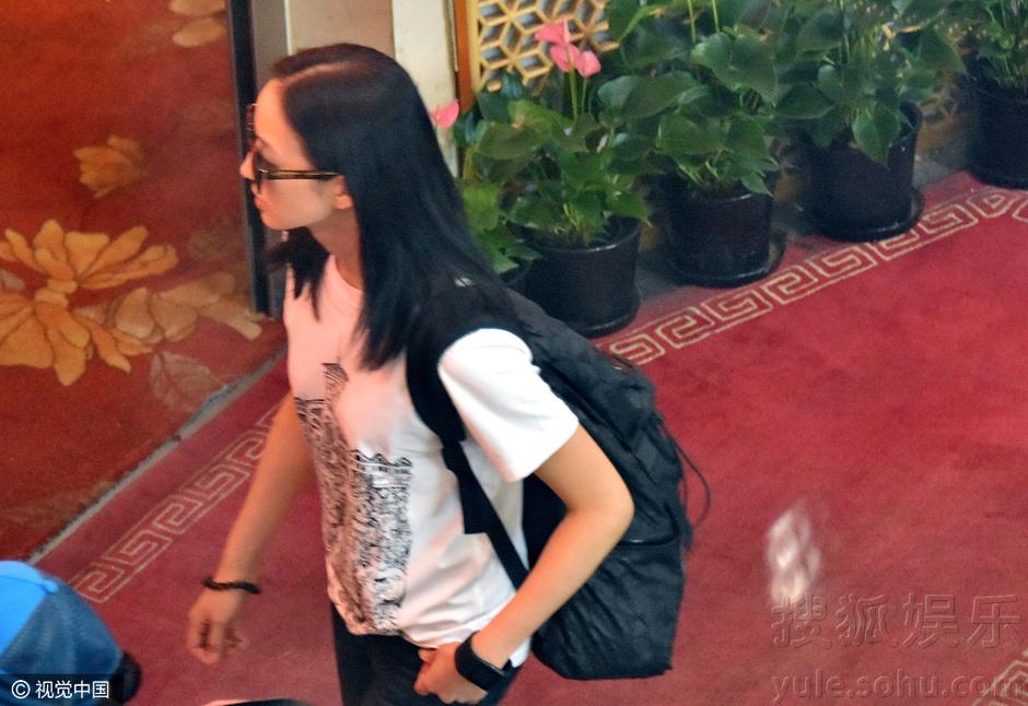 """搜狐娱乐讯 """"元气女神""""张钧甯身穿白t黑裤现身首都机场,心情大好的她"""