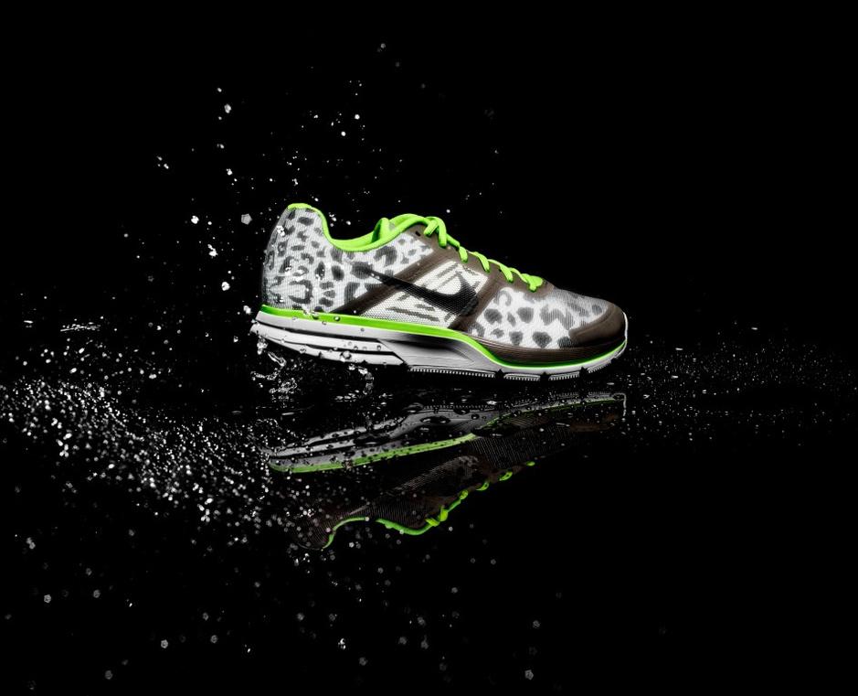 2013年10月,为了使跑者抵御恶劣天气,耐克推出了全新的冬季跑步装备,这些装备满足跑者对于透气、轻盈、保暖、防水和反光等多重功能的需要。反光、保暖、防水且透气,新款耐克跑鞋和跑步服装帮助跑者在弱光条件下可见并战胜寒冷天气。其中新款跑鞋包括Nike LunarGlide 5, Nike Air Pegasus 30, Nike Free 5.