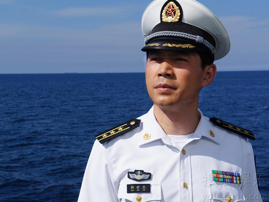 身着海军军装的王韦智