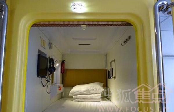 山西太原太空舱旅馆爆红网络。该旅店因房间类似于太空舱而得名,内部设施齐全,200余平方米的房间内安装了36个舱位供旅客住宿,因价格低廉受到不少年轻人的青睐。随着山西太原城中村改造的逐步推进,城中村内日租房出现供应紧张,这种经济适用和灵活性强的太空舱旅馆受到游客及学生们的喜爱。