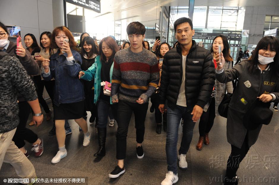 张艺兴离沪遭粉丝围堵 机场提鞋显慌张