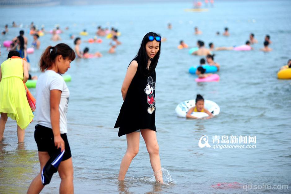 青岛新闻网7月17日讯 连日的桑拿天让市民体会了把酷暑的感觉,傍晚时分,夕阳西下,没有了太阳直射,没有强烈紫外线的打扰,市民扎堆来到浴场消暑。据了解,7月15日到8月15日 ,青岛的多个海水浴场启动夜场,水温非常适宜,市民游客可以在大海里玩个够。同时需要提醒市民一些问题,虽然夜间游泳,没有强烈紫外线的打扰,但是相对于白天,可能会稍微凉一些,特别是海风吹来的时候,会感觉比较凉;另外,夜场关闭时间为晚上9点 ,此后最好不要再下海游泳了。