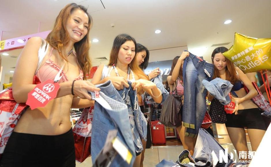 商店搞噱头美女脱光得牛仔裤 女人频道图片