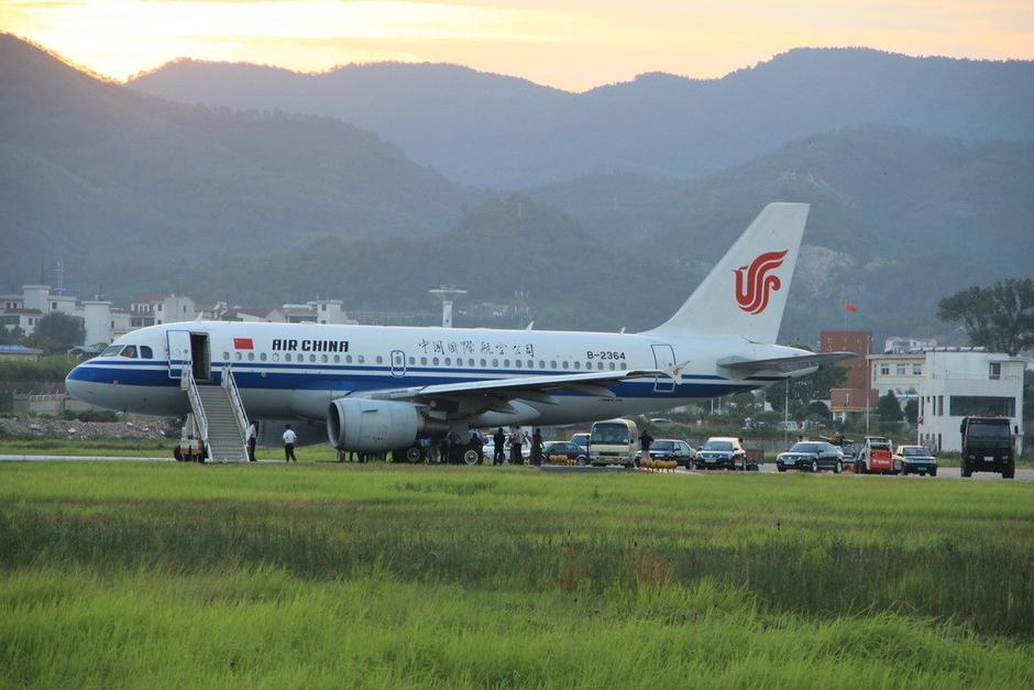 浙江义乌机场一航班起飞时滑出跑道陷软路