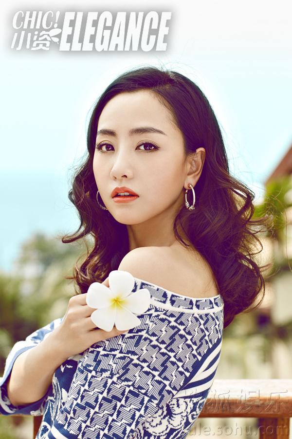 杨蓉杂志封面大片曝光  阳光海滩展别样风情