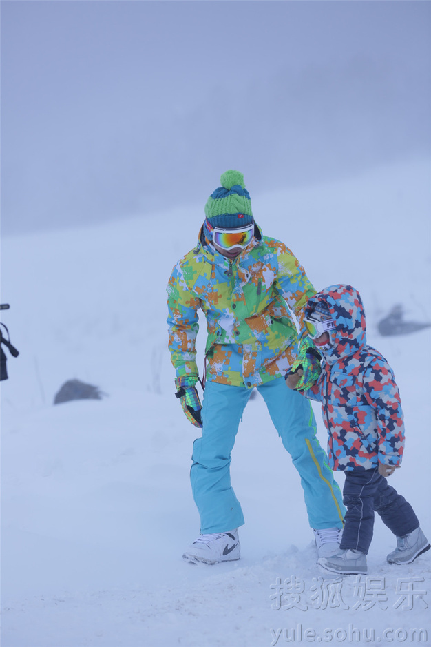 搜狐娱乐讯 《爸爸去哪儿》最后一站的录制地点是冰天雪地的东北牡丹江雪乡,在节目录制之前,爸爸们为孩子们准备足够的御寒衣物等,深怕孩子们挨冻。但是孩子们异常兴奋,在现场一个个小脸冻得红扑扑的,甚是可爱。爸爸田亮称最后一次旅行最开心,因为有雪,Cindy最喜欢有雪有沙的地方。Cindy也在爸爸旁边哈哈大笑,还唱起了节目的主题曲。节目组为了让这一期节目符合东北的特色,邀请星爸萌娃与当地的村民跳起了具有东北风情的二人转,宝宝们玩的不亦乐乎,也为最后一次的旅行画上完美的句号。