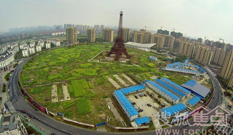 2015年4月9日,塔是铁塔,也叫埃菲尔,山寨的,就在杭州城北边。塔高108米,按照法国原版埃菲尔铁塔三比一的比例建造而成,建筑结构与法国那座塔保持一致。山寨版的埃菲尔铁塔下面还有一座山寨版的巴黎城,不仅模仿巴黎的建筑风格,还建造了香榭丽舍大街。塔下不仅有宫廷式大广场、法式喷泉及成片德国风格的城堡,也有近百亩的菜地(严格来说,这是一块被开发商圈地后还在闲置的土地)。