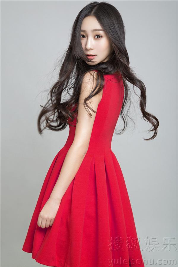 张娜红裙写真曝光 娇美甜萌如画中少女