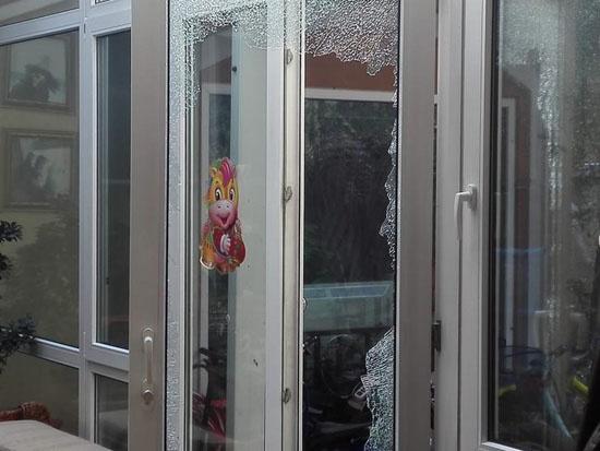 玻璃碎一地!张纪中带人砸樊馨蔓家 出动多名警察