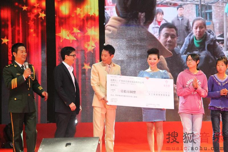 王芳作为本次活动的形像大使献唱新作《美丽中国梦》