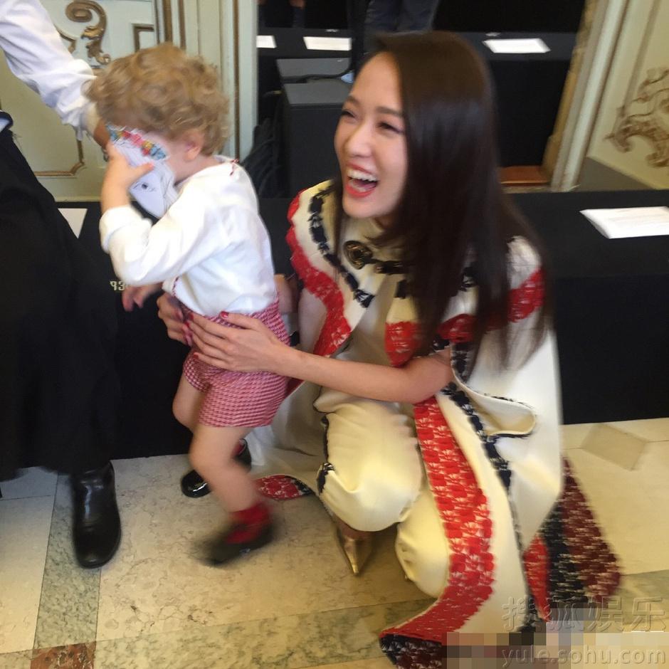 陈乔恩与外国小朋友合影 妆容精致开心大笑