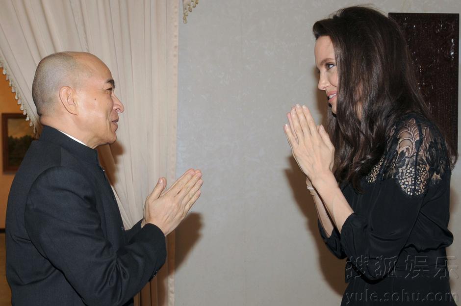 朱莉携儿子柬埔寨宣传新片 向国王恭敬半蹲图片