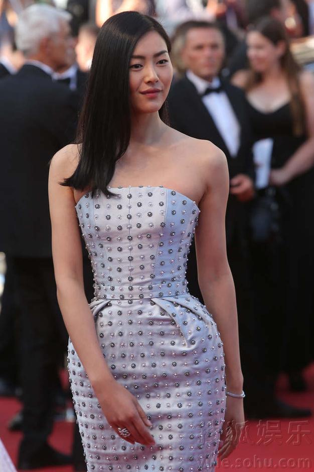在走过红毯上台阶的时候,恰巧一阵风吹过,把刘雯的发型吹的很乱,但她图片