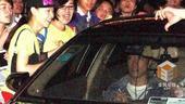 北京时间1月9日,在上海,刘翔在参加完某活动后离开被热情粉丝围堵寸步难行。坐在车内的他不停向外面的粉...
