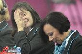 北京时间2012年8月7日,2012年伦敦奥运会体操女子高低杠决赛,选手抹镁粉被呛逗乐裁判。更多奥运...