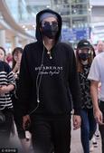 搜狐娱乐讯 7月25日,吴亦凡身着黑色卫衣、帽子口罩黑超遮面自洛杉矶回京,全副武装的他把自己包裹严实...