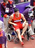 北京时间8月7日,2012年伦敦奥运会男子110米栏第一轮第六小组,中国选手刘翔在比赛中跨第一个栏时...
