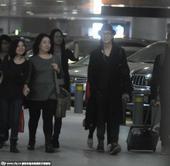 搜狐娱乐讯 早前,陈坤出现在上海虹桥机场,当天一身黑色潮装的陈坤在粉丝的簇拥下走出机场,一路上陈坤和...
