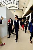 法国巴黎当地时间29日下午,韩庚身着优雅白衬衫配拼色马甲亮相2014巴黎时装周Dior Homme秀...