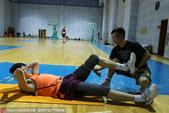 北京时间6月27日,辽宁男篮进行日常训练,膝盖手术部位拆线后的贺天举也现身球馆,不过他现在暂时还不能...