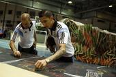 """2014年7月12日,巴西里约热内卢,2014巴西世界杯,阿根廷队决赛求好运,在""""胜利之种""""雕塑上签..."""