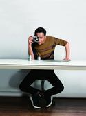 正在忙于新电影拍摄的韩庚,近日受邀为某杂志拍摄了一组封面大片。复古的飞机,散落在桌面上凌乱的CD,还...