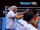 男子49公斤级拳击,邹市明惊魂获胜摘得金牌。泰国教练似乎对比赛的结果很不满,当裁判最终举起邹市明的手...