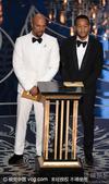 搜狐娱乐讯 第88届奥斯卡颁奖礼举行,约翰传奇与Common登台颁奖。