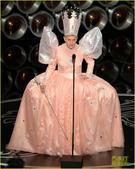 搜狐娱乐讯 第86届奥斯卡,艾伦装扮成《绿野仙踪》里的小女巫,手拿仙女棒卖萌。