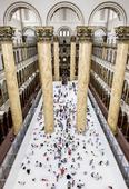 当地时间2015年7月7日,美国华盛顿,美国国家建筑博物馆回收了1百万多个白色半透明塑料球,铺满整个...