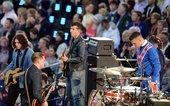 北京时间2012年7月28日,伦敦奥运会开幕式,摇滚乐队精彩表演经典曲目,掀起现场高潮。
