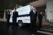 北京时间3月17日上午8时3分,法网奖杯搭乘航班号为AF112的飞机顺利降落在上海浦东国际机场,为即...