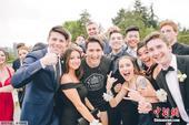 当地时间2017年5月19日,加拿大温哥华,加拿大总理特鲁多慢跑途中遇到一群高中生,停下与其合影。