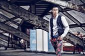 搜狐娱乐讯  90后人气男星蒋劲夫日前为《STYLE风格》杂志拍摄了一组街拍写真,演绎多款浪漫印花格...