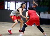 北京时间7月26日,中国女篮在印度备战即将到来的女篮亚洲杯的淘汰赛,众队员认真备战。