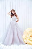 搜狐娱乐讯 日前,女星金莎曝光一组花仙子写真大片。她一袭露肩水晶长裙,完美身材展露无遗,尽显女王范。