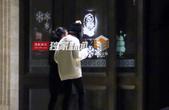 搜狐娱乐讯(全明星探/图文)近日,风行摄影师在横店拍摄到唐艺昕与朋友吃火锅的镜头。当天,唐艺昕与好友...