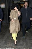 搜狐娱乐讯  德国当地时间10月6日,Lady Gaga现身某酒吧。Lady Gaga顶着一头扎眼的...