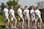 5月11日,四川遂宁,在第105个国际护士节来临之时,遂宁市中医院的6名白衣天使走上湿地公园、街头,...