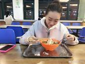 近日,福建农林大学一位女生在食堂吃饭的照片在网络上走红,远处看女生是坐着吃饭,凑近看才知道并非坐着,...
