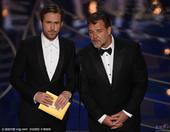搜狐娱乐讯 第88届奥斯卡颁奖礼举行,瑞恩-高斯林与罗素-克劳颁奖。