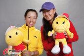 """2011年10月8日,2011年中国网球公开赛,""""中国金花""""郑洁、彭帅官方写真。"""