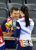 当地时间2012年8月3日,伦敦奥运会场地自行车女子凯林赛决赛,彭德尔顿夺冠后奔向场边与男友拥吻。更...