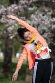 5月10日,搜狐新闻马拉松第八季在日本北海道开跑。柳岩赛前热身有模有样,赛后心情大好,在樱花下不断拍...
