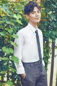 搜狐娱乐讯  近日,新晋小鲜肉廖鹏飞曝光了一组校园风写真。他身着休闲套装,白衬衫、灰色花纹领带搭配棕...