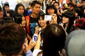 2012年8月9日,中国羽毛球队回国抵京,超级丹被众粉丝拉住合影,其中还有国外友人,林丹忙的不亦乐乎...