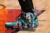 一年一度的NBA圣诞大战又来临了,我们一起来看看众球星们脚下穿了什么鞋子。