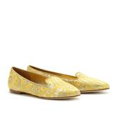 前卫的铆钉,炫目的碎钻,热辣的豹纹,性感的蕾丝……这些缤纷的元素如今都被设计师们大胆的运用到平底鞋装...